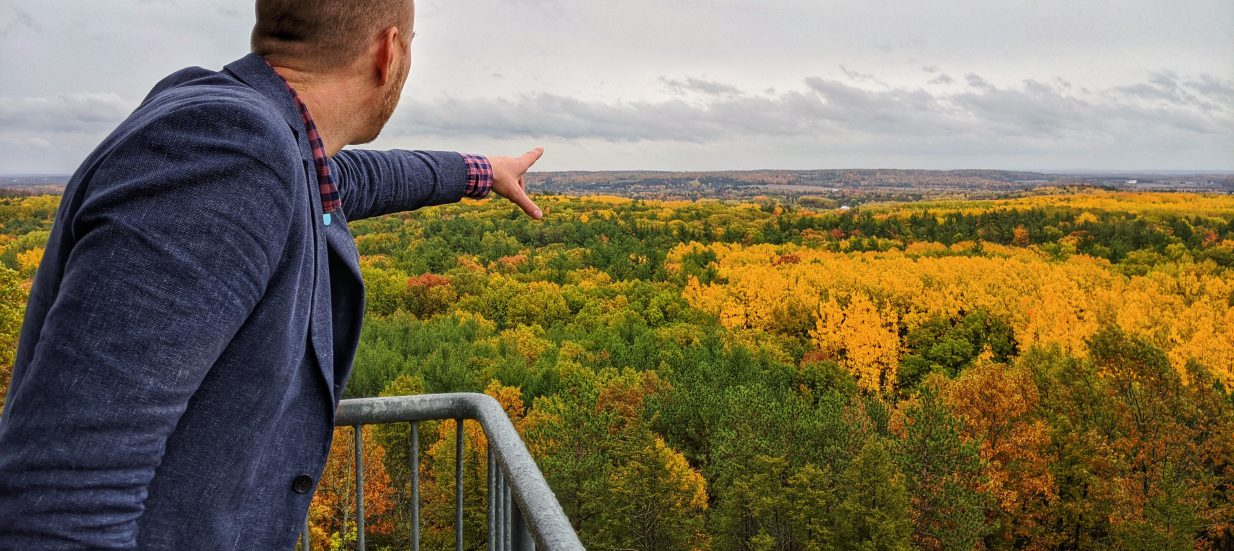 A person pointing at some colourful trees in autumn. With so much to see, eat, explore and do, it's hard to know where to begin! Check out our weekly ideas for things you Must Do in BoQ.